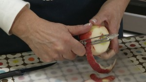 Peel apples and cut out core, slice up.